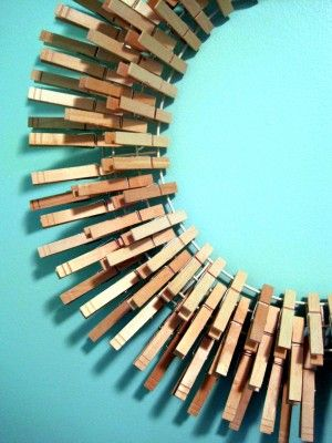 in love with this wreath. perfect for the laundry room (if a girl had such a thing)!: 144 Clothespins, Clothespins Mirror, Wreaths Close, Clothespins Chand, Laundry Rooms, Clothespins Wreaths Cut, Rooms Wreaths, Clothing Pin, Clothespins Art