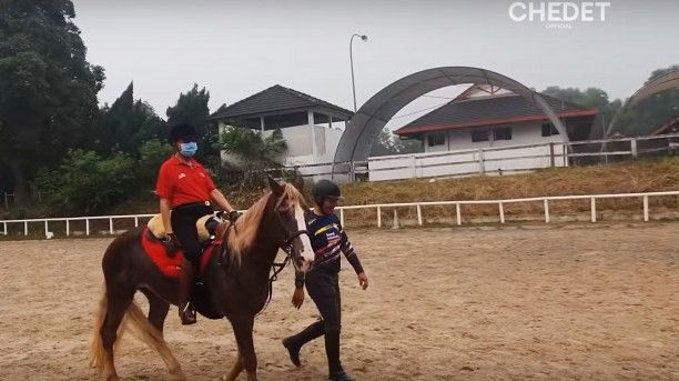 Dr Mahathir Goes Horse Riding As Morning Drizzle Partially Clears