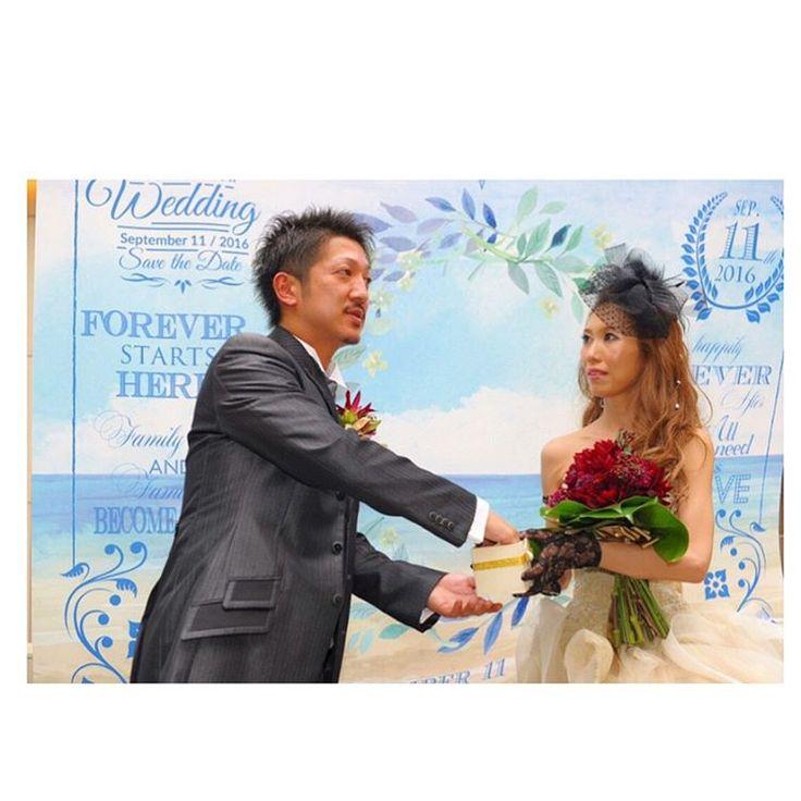ドレス当てクイズをしてもらった中の正解のGOLDのリボンの箱の中から大人1人、ちびっこ1人の名前の書いた紙を旦那ちゃんが引いてるところ������ * *  #wedding#weddingphoto #weddingparty #weddingdress #Alolea#famarry #farny_brides #farnyレポ #marry花嫁 #marryxoxo #marrymarry_w #ハナコレ#ハナコレストーリー #ハナプラ卒花レポ #プレマリ#プレマリフォトコン #プラコレ#photographer #カラードレス#アートグレース大聖堂 #stringshotelnagoya #結婚式#披露宴#デザートビュッフェ#ブライダル#ドレス当てクイズ #カラードレス#ブライダル#抽選#ガーデン演出 http://gelinshop.com/ipost/1515646175460774177/?code=BUIqCqVhNEh