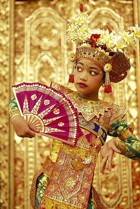 Indonesian dancer girl, wearing traditional dancers dress.  This blog is full of beautiful pictures like this.