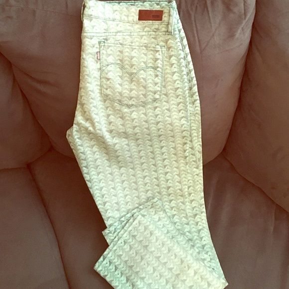 Levis® printed Demi curve Jean. SZ 32x32 Levis Demi Curve jeans 32x32. Worn once dry cleaned. Mint green color Levi's Jeans Skinny