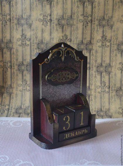 Купить или заказать Набор для письменного стола 'Генерал' в интернет-магазине на Ярмарке Мастеров. Набор из трех предметов: вечного календаря, карандашницы и визитницы или накопителя для мелких бумаг, благородного цвета темного бордо, оттененного черным и золотым воском. Декорирован деревянными накладками, металлической фурнитурой, покрытой золотым воском, металлической лентой и темно- бордовыми стразами. Строгий, элегантный и одновременно романтичный.