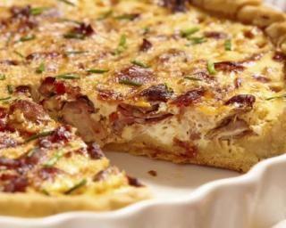 Quiche minceur aux pommes de terre, jambon et reblochon façon savoyarde : http://www.fourchette-et-bikini.fr/recettes/recettes-minceur/quiche-minceur-aux-pommes-de-terre-jambon-et-reblochon-facon-savoyarde