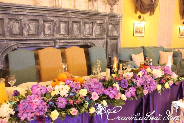 Стол молодых, цветочная композиция - лёгкая, но состоящая из прекрасных цветков Ванды, анемон, дендробиума, гортензия, розы, эустома