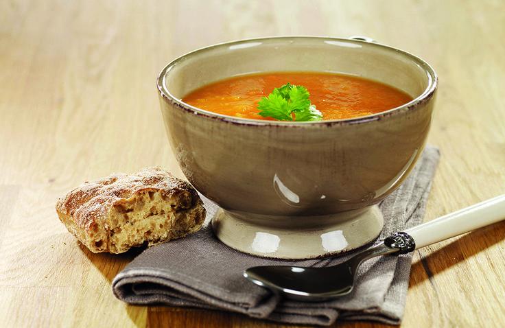En spennende, smakfull, enkel og sunn grønnsakssuppe som bare må prøves! Server suppen med kokte gulrotstrimler og frisk koriander som topping og grovt rundstykke ved siden av.