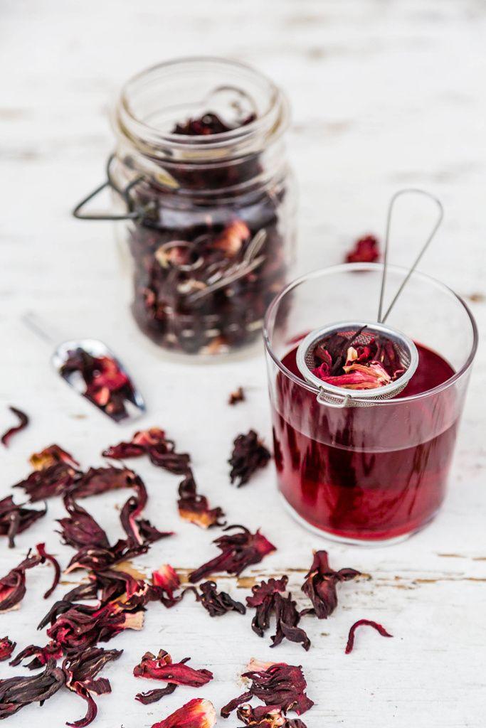 Flor de hibisco y arándano rojo (ANTIOXIDANTE)  De acuerdo con un estudio de la Universidad de Oporto, el extracto de hibisco es una de las fuentes más ricas en antioxidantes (junto a la piña y al té verde). Combinando sus propiedades con las del arándano rojo, obtendremos una bebida muy útil para detener el evejecimiento celular. El arándano es, además, el mejor aliado contra las infecciones de orina.