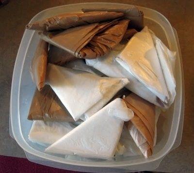 Em vez de encher os sacos de plástico em uma espécie de receptáculo, dobrá-los em pequenos triângulos puras.