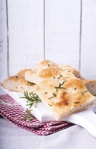 Focaccia oppskrift i langpanne - 30 fersk gjær 2 ss honning 6 dl lunkent vann 1 kg hvetemel 1 ss salt 1 dl olivenolje 1 ss havsalt 1 ss tørket