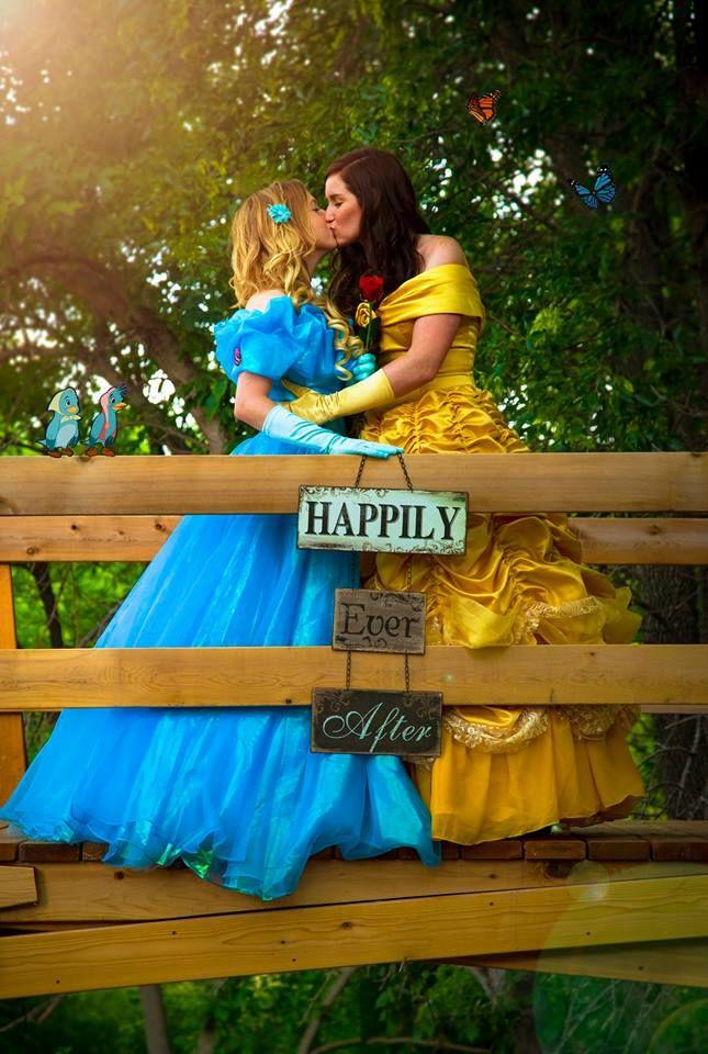 Mulheres posam para álbum de noivado vestidas de Bela e Cinderela
