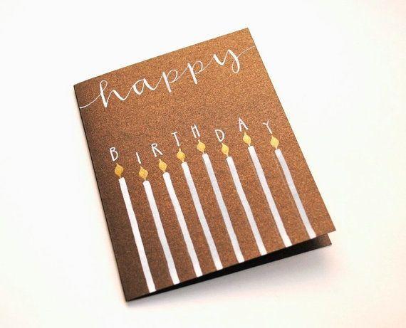 Diese einfache und elegante Geburtstagskarte kennzeichnet das Wort glücklich mit Geburtstag in Blockschrift ausgefüllt an oberster Position acht