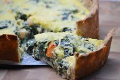Spinazietaart met verstopte eieren Idee voor de Paasbrunch? Een voedzame taart met een zelfgemaakt deeg van volkorenmeel en yoghurt. Met een vulling van veel verse spinazie, kwark, eieren en kaas. recept op: www.vandaagwatanders.nl