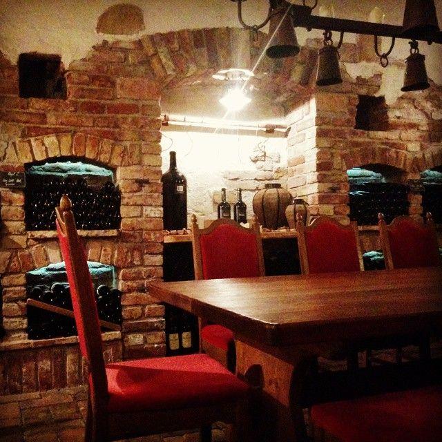 Im Weinkeller des #alpenresort #schwarz befinden sich ca. 800 verschiedene Sorten #Wein #hotelschwarz #miemingerplateau #mieming #alpenresortschwarz