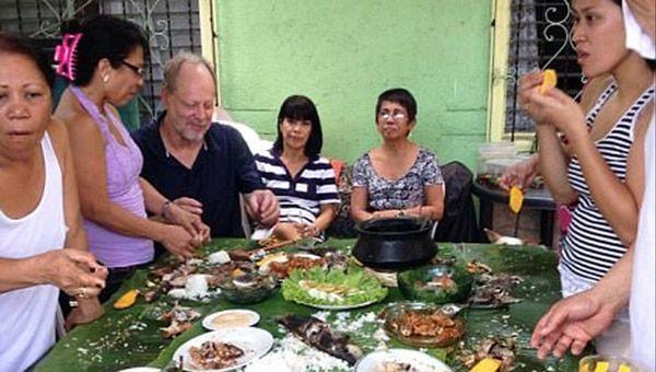 Paddock y Danley, durante una particular comida en un viaje a Filipinas, en 2013