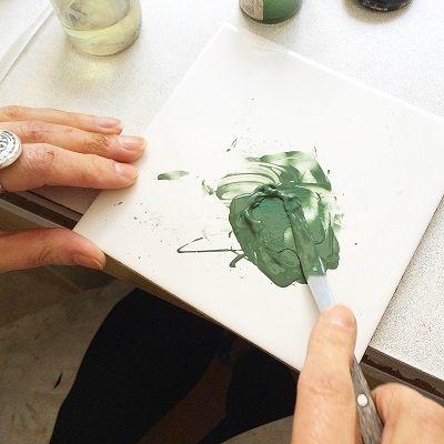 1ère étape : préparation + pose de la couleur  Préparation de la couleur « vert empire » à l'aide de pigments de couleur, de Médium et de Térébenthine. Utilisation : mélange des pigments avec le médium à l'aide d'une spatule pour donner une texture huileuse. Ajout de la térébenthine pour diluer la couleur. #savoirfaire #luxe#madeinfrance #porcelaine#limoges #gift #deco #maison#porcelain #limoges #homedecor