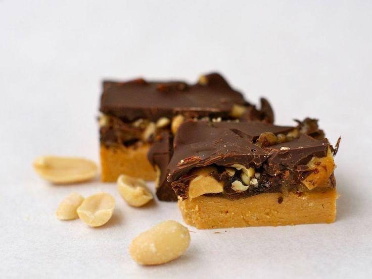 Dette er en oppskrift som er en favoritt i vårt hus. Prøv disse hjemmelagde snickers-bitene du også og lag gjerne litt ekstra, så har du en liten dessert-bit når det kommer uanmeldt besøk.