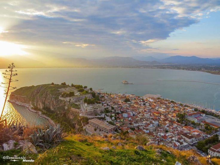 La ville de Nauplie dans le Peloponnèse en Grèce Retrouvez mon article Visiter la Grèce: Où aller en Grèce continentale (Péloponnèse) ici: http://www.decouvertemonde.com/visiter-la-grece-ou-aller-le-peloponnese