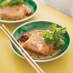 栗原はるみが昔、パリの中華レストランで食べて好きになった大根もちをヒントに、もちもち感で勝る、れんこんもちを作りました。