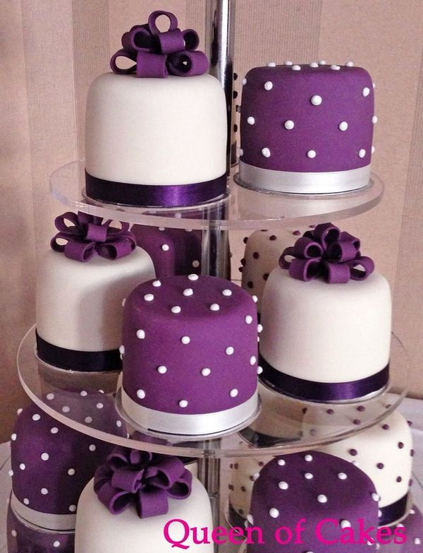 Purple and ivory miniature wedding cakes by Queen of Cakes | Purple wedding | #EndoraJewellery
