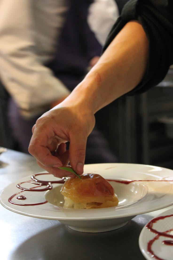 Finalisation d'un de nos desserts : la pomme cuite au four et sa boule de glace !