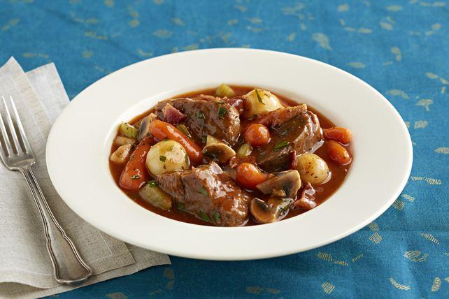 Un ragoût de bœuf savoureux qui se défait à la fourchette et qui est mijoté dans une sauce riche aux légumes et au vin. Son délicieux arôme mettra l'eau à la bouche à toute la maisonnée. Ce plat réconfortant vous réchauffera à coup sûr lors des froides journées d'hiver.