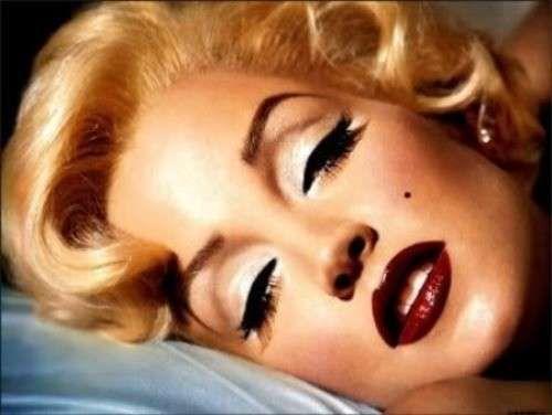 Moda anni 50, trucco Marilyn Monroe - Focus sul make up di Marilyn Monroe: eyeliner nero e labbra rossissime.