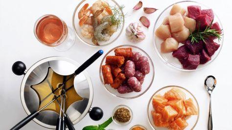 Fondue mit Fleisch, Wurst und Fisch