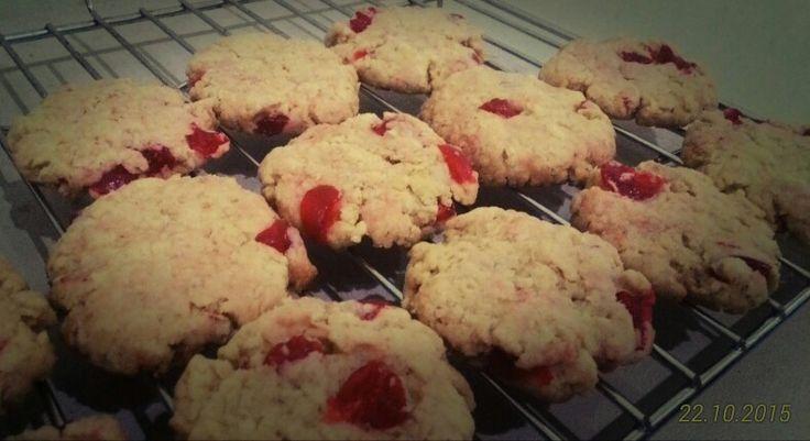 Cherry oatmeal cookies. Enak loh. Crunchy! Cocok buat sarapan. Anak2 pasti sukak. Resep ada di sajiansedap.com. Dan yang paling penting, ini tuh eggless dan nondairy.
