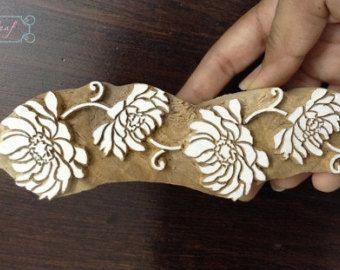 Handgesneden Indiase hout blok afdrukken textiel damast Floral grens stempel  Unieke handgemaakte Indiase afdrukken houtblokken gemaakt met behulp van de gravure van de traditionele vaardigheden en technieken.  Deze aanbieding is voor een heerlijke motif - practisch hand gesneden op een houten blok van 3.15 inch aan de breedste kant en 0.75 inch over. (8 x 2,1 cm)  Deze houten blokken lenen aan verschillende veelzijdige en creatieve vormen van afdrukken zoals textielkunst, briefpapier, wax…