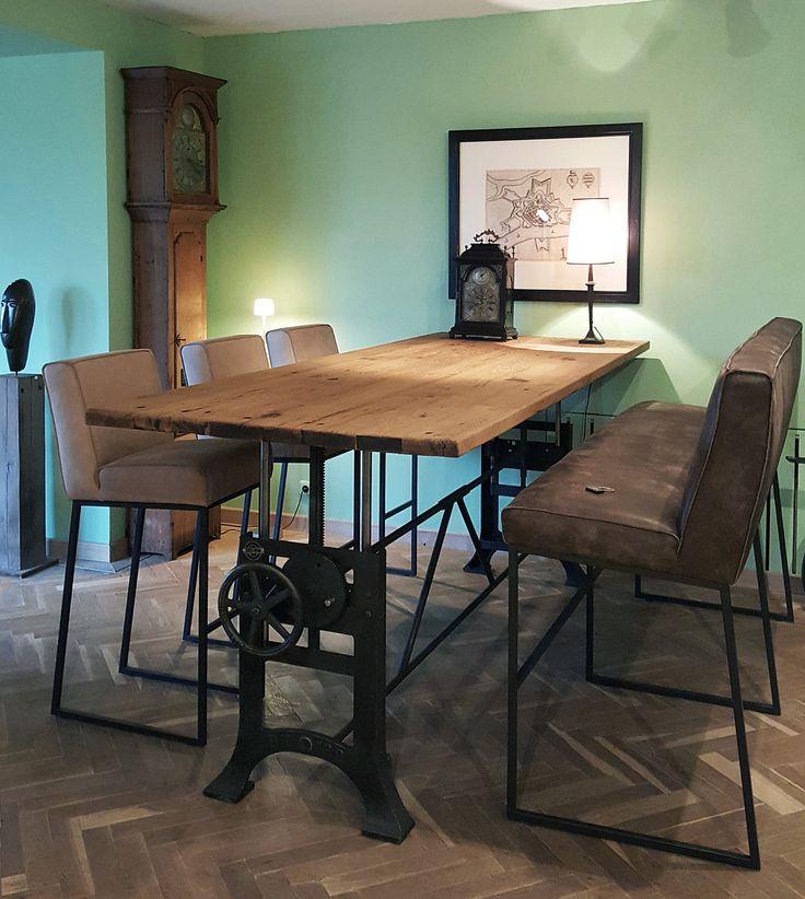 Deze stoere industriële tafel heeft een gietijzer in hoogte verstelbaar onderstel dat in eigen werkplaats op maat gemaakt wordt. Verstelbaar van 76cm naar 114cm hoog.