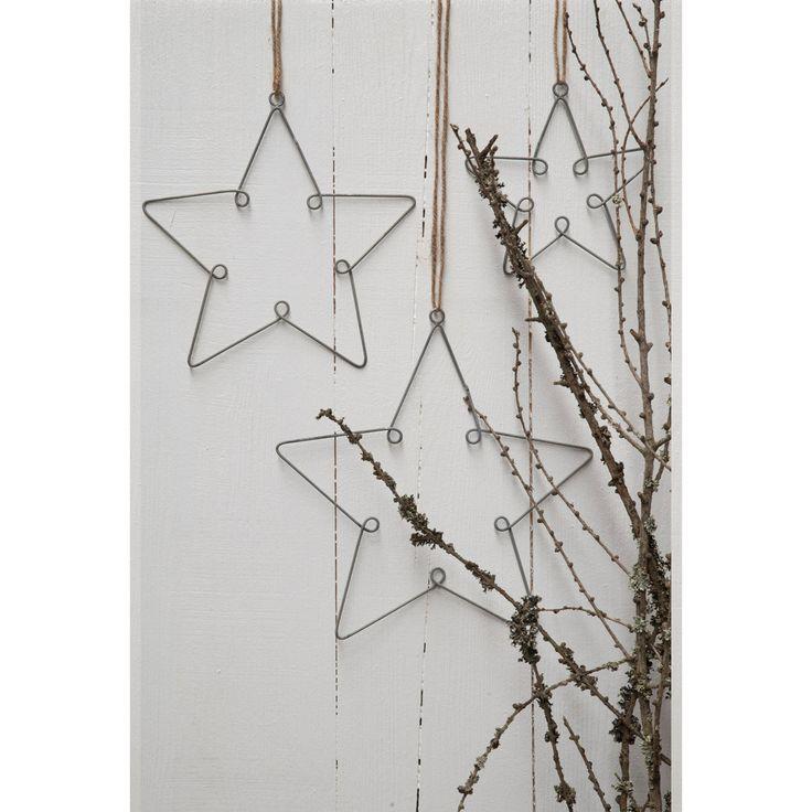 Drei Sterne für Ib Laursen: eine herrliche Baum-, Wurzel- oder Tischdeko aus dem Hause Ib Laursen. Die Drahtsterne im 3er-Set schmücken den Flur, den Spiegel, das Geländer und Co. und verbreiten in ihrem charmanten Shabbylook nostalgische Weihnachtsatmosphäre.