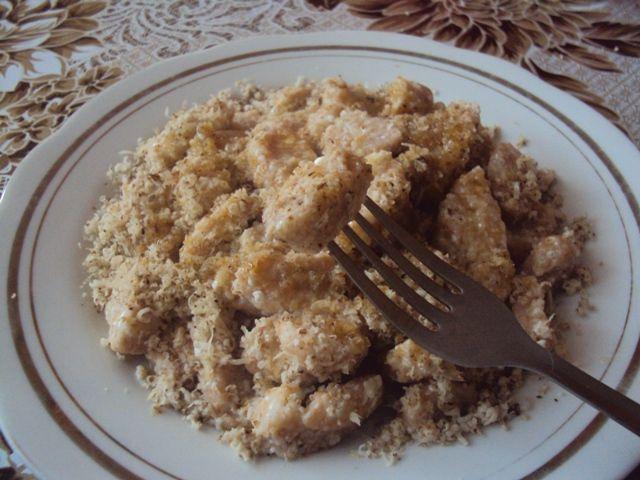 Orechové šúlance z tvarohu preliate maslom, kokosovým olejom a špaldovým sirupom-recept:  http://www.fitnessguru.sk/recepty/kategoria/sladke-hlavne-jedla/recept/makove-sulance-z-tvarohu/