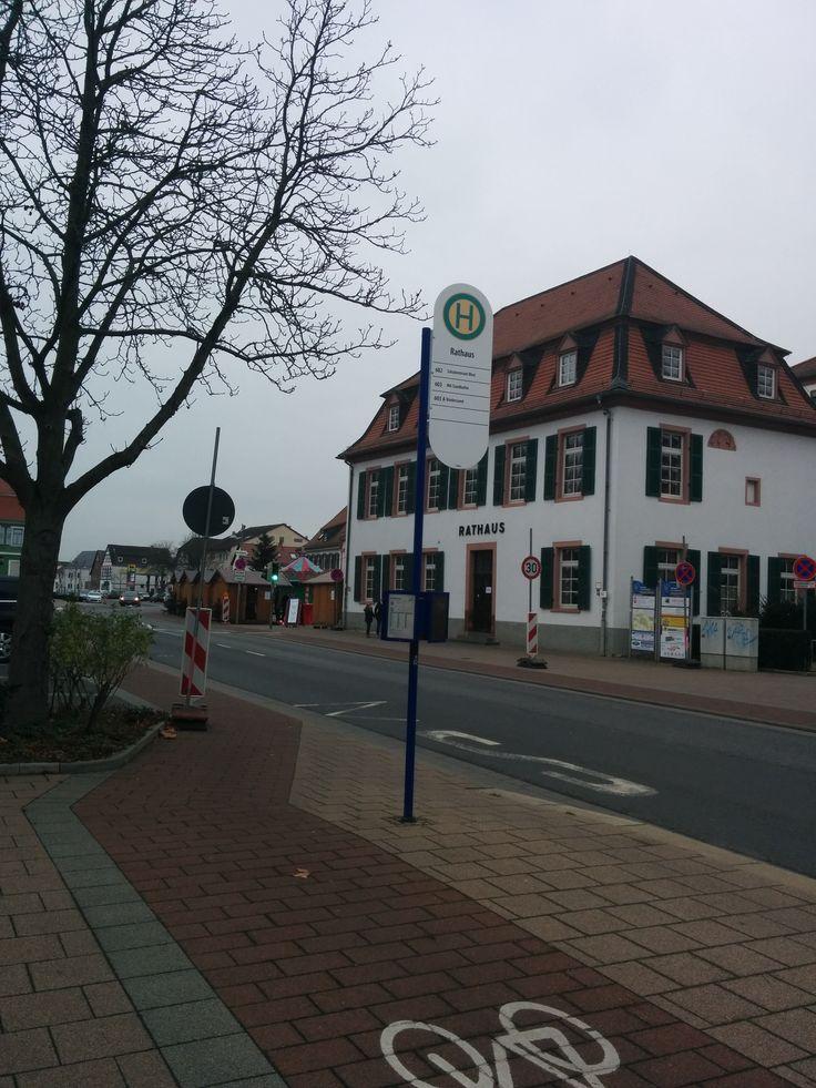 Haltestelle Rathaus mit den Linien 602 Richtung Schulzentrum West, 603 Richtung Mannheim-Sandhofen und 603 A Richtung Biedensand am 06.12.2014.