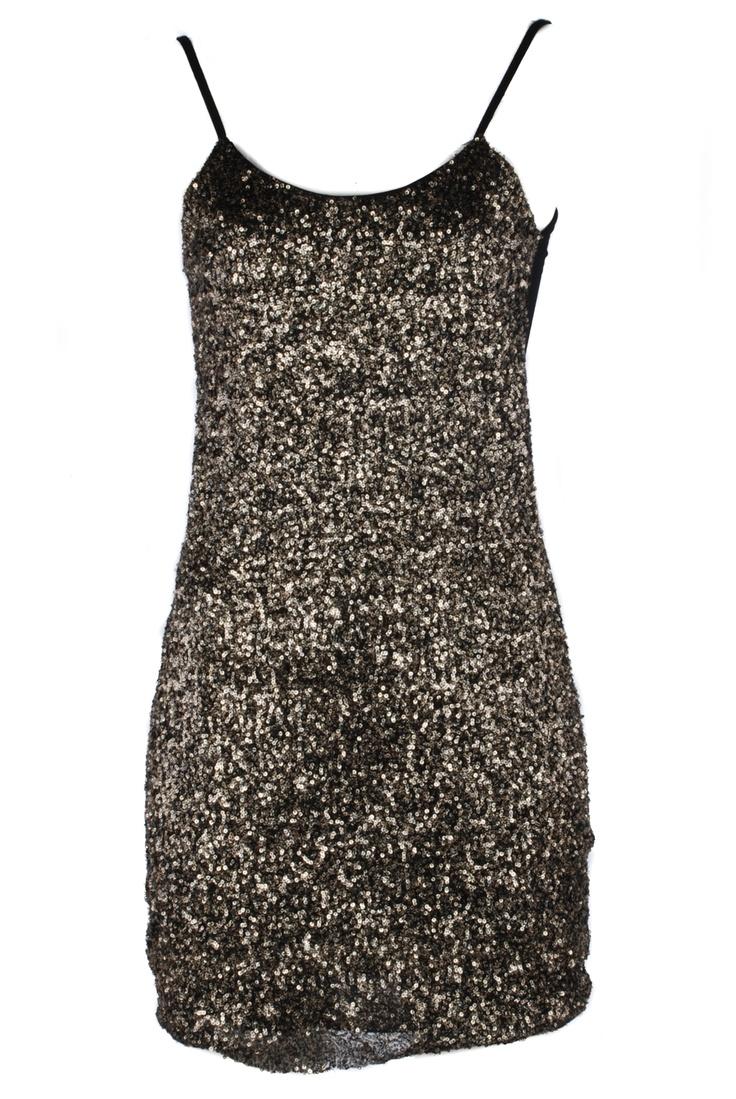 Türk giyim markaları arasında yenilikçi tasarımları ile ön plana çıkmayı başan Afrodit, online satış sitesinde kış ve yaz dönemi elbise modellerini hanımların beğenisine sundu.  Birbirinden şık modellerin yer aldığı bu koleksiyonda, canlı renklerin hakim olduğu yazlık elbise modellerinden, şık ve tutkulu gece elbisesi modellerine kadar geniş bir koleksiyon sizleri bekliyor. Siyah elbise tutkunların özellikle bakmadan geçmemelerini şiddetle tavsiye ederim, dekolteli siyah elbise modelleri…