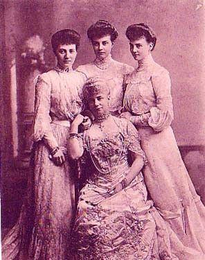 Thyra duchesse de Cumberland et ses filles Thyra, duchesse de Cumberland, duchesse à Brunswick et Lunebourg, née princesse de Danemark 1853-1933     et ses filles:  -Maria Louise 1879-1946, épouse du prince Max de Bade  -Alexandra 1882-1963, épouse de Friedrich Franz IV, grand-duc de Mecklembourg  -Olga 1884-1958