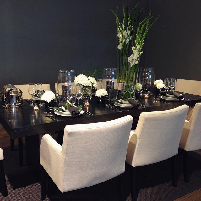 Ett bilde til fra borddekkingen på jobb forrige uke. De nye spisestolene Kulør fra Skeidar er bare helt På ønskelisten! #skeidar #skeidarglede #spisestue #interiør #borddekking