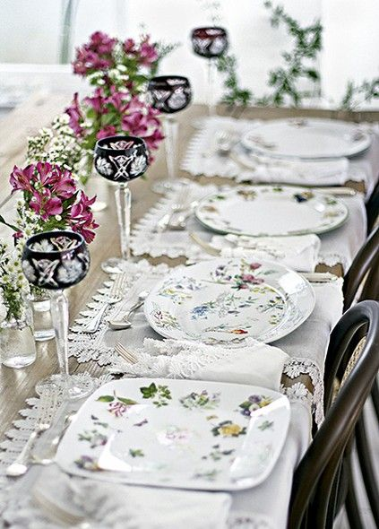 Pratos com estampas similares e formatos diferentes compõem uma mesa romântica, com um toque de modernidade
