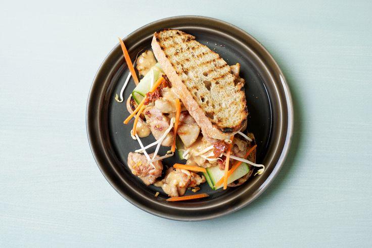 Kipsandwich met pindakaas en sambal. Het verschijnsel broodje pindakaas met sambal kenden we al. Voeg je daar nog kip, komkommer, knoflook en gember aan toe, dan krijg je spontaan de perfecte combinatie van zout, zuur, fris en pittig. Zo maak je van een simpel bammetjes een delicate smaakexplosie. En tussen ons gesproken: deze sandwich heeft voldoende karakter om durfals en sambal alle ruimte te geven. Recept en bestel op ZTRDG.nl…