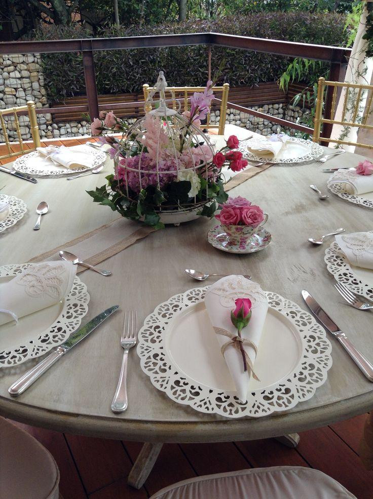 Decoracion con mesa vintage y flores naturales como - Decoracion de jarrones con flores artificiales ...