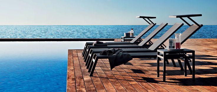 fa caldo e il tramonto è il momento migliore per godersi la brezza del mare su un #lettino Victor #buonaserata #sunset #design
