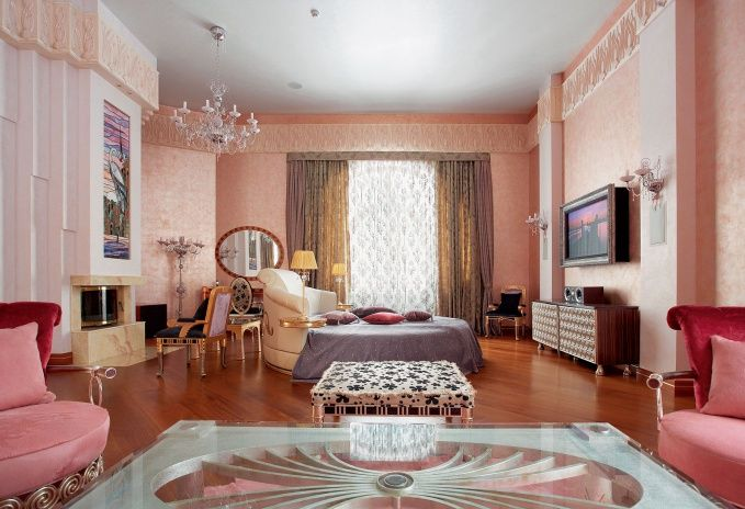 Женская спальня оформлена в нежно-розовой цветовой гамме и украшена…
