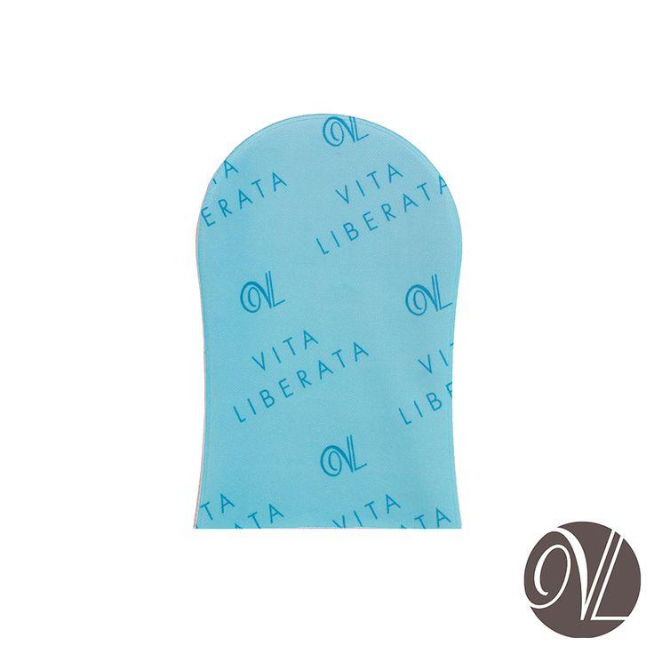 Luva extra-macia para uma perfeita aplicação dos produtos Vita Liberata - Pode ser usada no corpo e rosto. - Perfeita para distribuir o produto uniformemente em todo o corpo. - Lavável e reutilizável - Impermeável: não mancha as mãos.