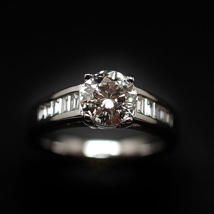 à vendre : 4800€ Solitaire en or 18k avec Diamant brillant 1.15 Cts qualité M-VS2 . Bague en or massif 18 carats, sertie en son centre sur 4 griffes d'un Diamant naturel taille brillant de 1.15 ct Couleur : M ( Teinté ) Pureté : VS2 (Très Petites inclusions) diamètre pierre 7.1 mm Epaulement de 10 diamants baguettes soit 0.36 carat qualité G-SI poids brut de la bague : 6.0 g Taille 53 Livré avec certificat du laboratoire LFG de Paris mise à la taille offerte Vendu avec Facture