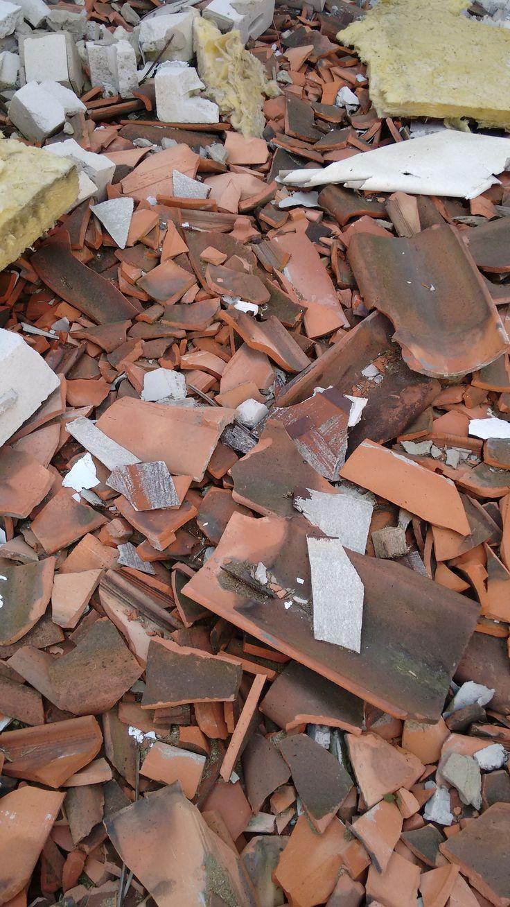 Asbestzement Bruchstücke auf einer stillgelegten Baustelle. Behördliche Stilllegung durch das zuständige Gewerbe Aufsichtsamt.