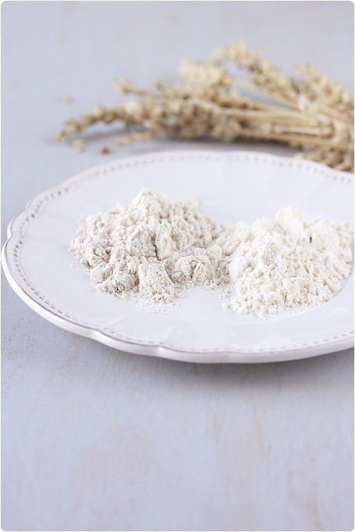 Farine de blé : À gauche, farine T150. À droite, farine T45. La farine T45 est la plus pure des farines de blé. Les farines T80, T110, T130 et T150 sont principalement utilisées pour le pain mais on peut également les utiliser dans les pâtisseries.
