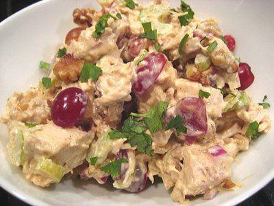 Een koolhydraatarm hoofdgerecht, kerrie-kipsalade! Dit is Een gezonde en smakelijke kipsalade met een fruitige twist.