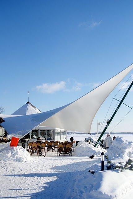 Sea side Café Ursula in Helsinki - Merisatamassa on sekä mantereen puolella että saarissa runsaasti ravintoloita. Mantereella on Ravintola Carusel ja Café Ursula. Näiden ravintoloiden väliin sijoittuu ns. Mutterikioski, joka terasseineen on erityisesti pääkaupunkiseudun motoristien suosiossa. Uusimpana tulokkaana on laajan suosion saanut Mattolaituri.