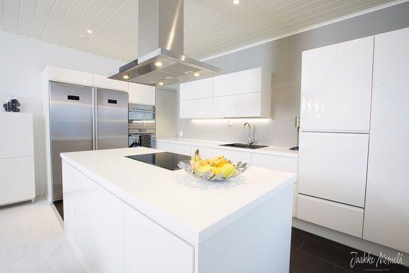 saareke,valkoinen,keittiö,liesituuletin,keittiön tasot,keittiön kaapit,moderni,apupöytä