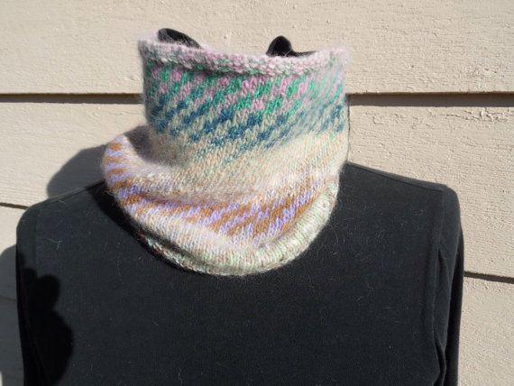 Cette guêtre capot ou cou chaud et léger est tricoté en Cachemire à la main et oh, si doux et chaud. Parfait pour vous garder au chaud et élégant pour toutes vos activités d'hiver. C'est un de mes favoris! Les couleurs douces du capot coordonnera avec de nombreuses options de style.  Le col est de 8,5 pouces de large et 22 pouces de tour.