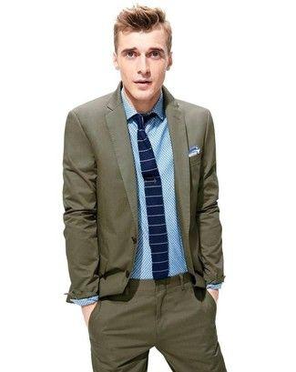 Look de moda: Traje Verde Oliva, Camisa de Vestir a Lunares Celeste, Corbata de Rayas Horizontales Azul Marino y Blanca, Pañuelo de Bolsillo Celeste