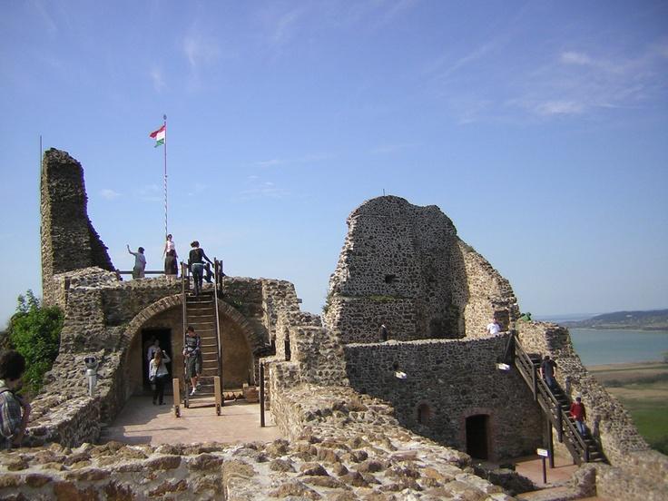 Op zo'n 20 minuten rijden vanaf Révfülöp ligt aan de oever van het Balatonmeer kasteel Szigliget. Vanaf de ruïne heb je een prachtig uitzicht over het meer.